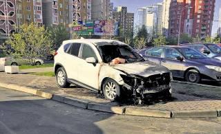 В Киеве борцы с автохамами жгут машины, припаркованные на тротуарах и газонах
