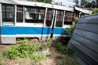 В Днепре трамвай умудрился попасть под поезд. Погиб сотрудник железной дороги