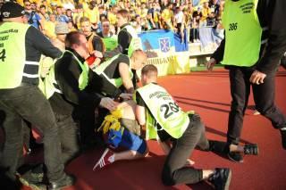 Украинские фанаты устроили беспорядки на стадионе после победы над Финляндией. Успокаивал их лично Шевченко