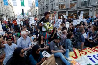 После пожара в Лондоне начались массовые акции протеста