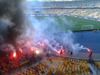 Харьковские ультрас на глазах у Авакова устроили беспредел на «Олимпийском», избивая людей