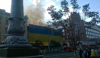 В самом центре Киева горит старейшее здание Крещатика