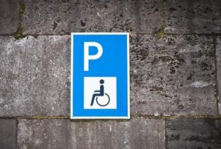 Теперь парковка на местах для инвалидов будет существенно бить по карману