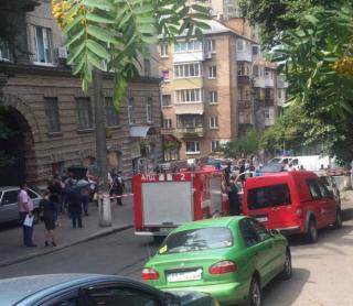 В центре Киева прогремел взрыв. Пострадали автомобили и фасады зданий