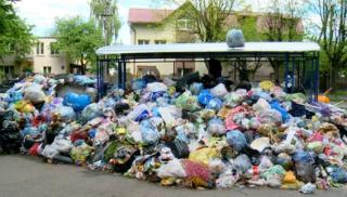 Из Львова начали вывозить тонны мусора