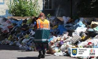 Львов усердно очищают от мусора. Уже освободили больше половины мусорных площадок