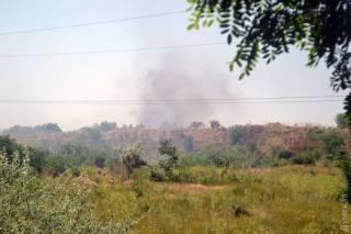 В Одессе, неподалеку от нефтеперерабатывающего завода, горит мусорная свалка