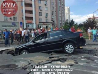В Киеве очередной автомобиль провалился под асфальт