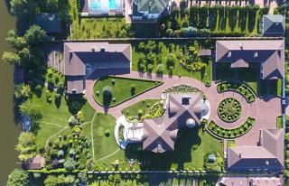 СМИ: Активисты показали особняк самого богатого прокурора Украины