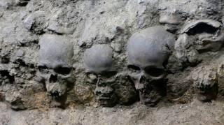 Ученые раскопали в столице Мексики загадочную пирамиду из человеческих черепов