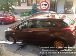 В Киеве еще один автомобиль провалился под асфальт