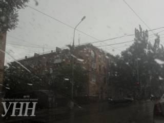 Мариуполь накрыл мощный шторм. Поваленные деревья парализовали движение транспорта