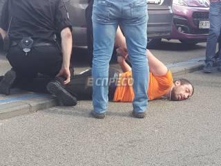 В Киеве неадекватный мужчина бросался под колеса автомобилей и покусал прохожего