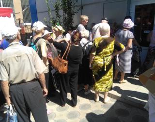 В Станице Луганской пенсионеры штурмуют банкомат «Ощадбанка»