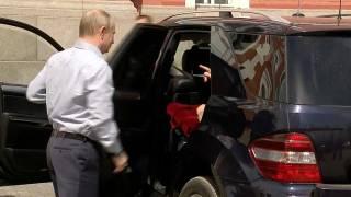 Путин заинтриговал всех особой, которая сидела у него в автомобиле. Песков объяснил, кто это был