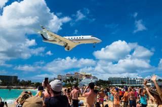 Взлетающий самолет насмерть сдул туристку на карибском острове