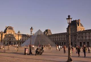 Дожди повредили три редких полотна из музейной коллекции Лувра