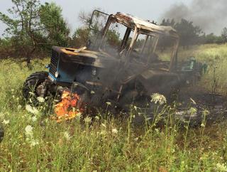 В Донецкой области в поле подорвался трактор