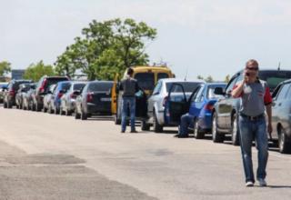 На въезде в Крым украинцев по 13 часов держат в автомобилях на солнцепеке