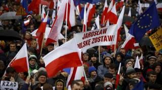 Десятки тысяч поляков вышли на улицы, протестуя против судебной реформы. Власти не стали обращать внимание