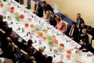 В Сети появилось видео, как Трамп жестами предлагает Путину пообщаться поближе