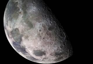 Планетологи установили, что недра Луны полны водой. Осталось понять, откуда она взялась