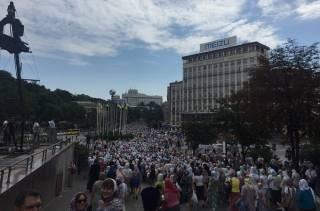 По Киеву проходит многотысячный Крестный ход. Глава УПЦ возложил цветы к памятнику Небесной сотне