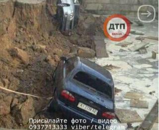 Вчерашний ливень в Киеве спровоцировал массовый провал автомобилей под землю