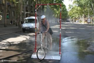 Посреди сурового Николаева появилась специальная конструкция, спасающая людей от невыносимой жары