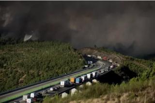 В Испании бушует сильный пожар. Огонь охватил уже более тысячи гектаров