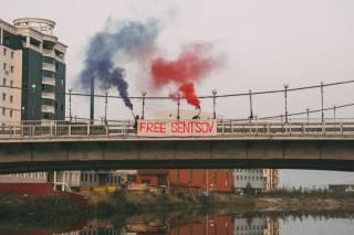 Участница Pussy Riot устроила акцию в поддержку украинского режиссера Сенцова неподалеку от его колонии