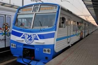 В Киеве 50 человек в масках и с битами остановили электричку для того, чтобы разрисовать вагоны