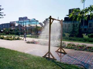 В условиях крайней загазованности воздуха по всему Киеву появились распылители воды, чем-то похожие на виселицы