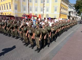 В Одессе полиция взяла представителей ЛГБТ в плотное кольцо, чтобы защитить их от поборников традиционных ценностей