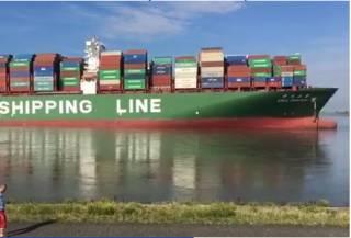 Китайский контейнеровоз перекрыл всем судам выход из бельгийского порта