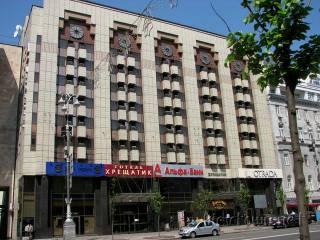 В центре Киева неизвестный угрожает прыгнуть с 3-го этажа гостиницы «Крещатик». Есть мнение, что он из России