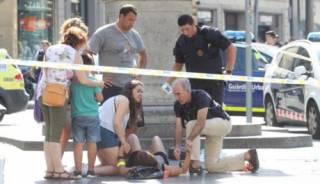 Автомобиль наехал на туристов в центре Барселоны. Неизвестные захватили заложников