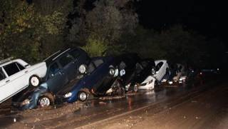 В аннексированном Крыму прошли сильные ливни. В горах машины сложились «паровозиком»