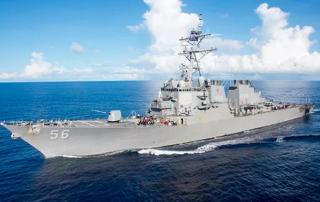 Эсминец США столкнулся с торговым судном. Трамп уже отреагировал