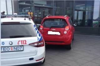 В Исландии автомобиль въехал в здание аэропорта, а в Бельгии – в толпу отдыхающих
