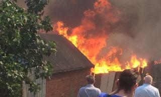 В Ростове-на-Дону горит целый квартал. Был взрыв