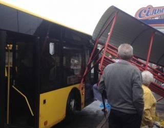 В киевском спальнике автобус снес остановку. И спокойно поехал дальше