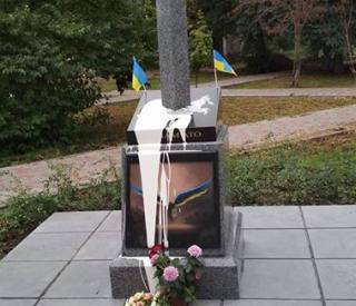 В Киеве вандалы облили краской памятник воинам АТО