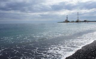 В России автобус с людьми упал в Черное море. Есть жертвы