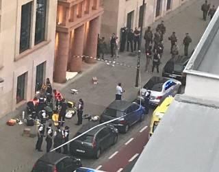 Возле королевского дворца в Лондоне неизвестный напал на полицейских с мечом. Нечто похожее случилось и в Брюсселе