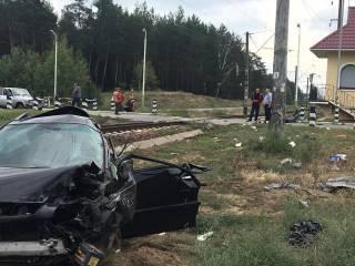 В Новых Безрадичах поезд протаранил Lexus. Пассажирам пришлось идти до Киева пешком