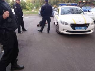 Возле медцентра в Киеве пьяный мужчина приставал с ножом к прохожим. После чего набросился на врача