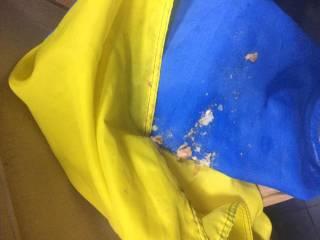 Посетитель киевского кафе вытер ноги о государственный флаг, который сам же и принес