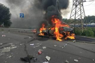 В Киеве водитель сумел выбраться из пылающего автомобиля