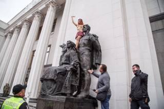 Активистка Femen устроила народным депутатам «первый звонок»